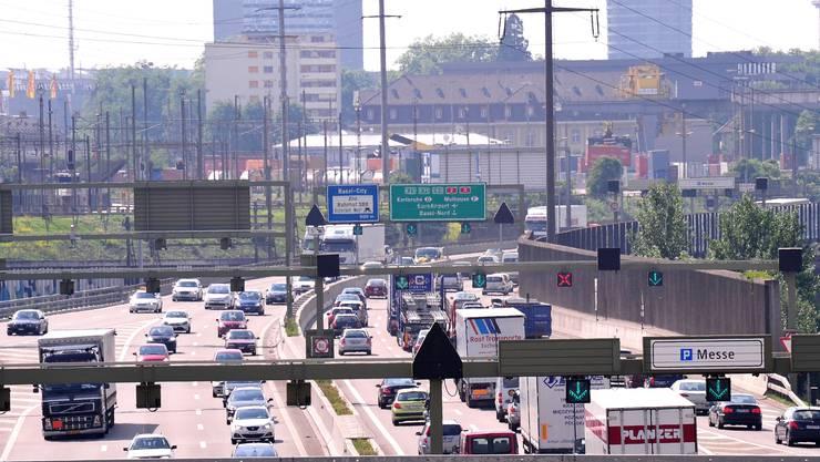 Autobahn A2 vor Basel: Sobald der Verkehr stockt, weichen viele Autofahrer auf Birsfelden aus.