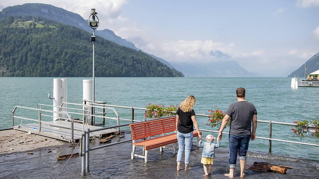 Das Hochwasserpegel des Vierwaldstättersees sinkt, wie hier beim Schiffsanlegeplatz in Brunnen im Kanton Schwyz. Das schöne Wetter trägt dazu bei.