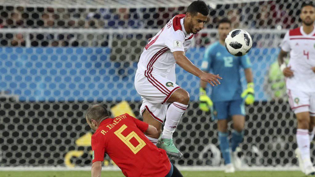 Hart erkämpftes Unentschieden: Spaniens Andres Iniesta im Zweikampf mit Marokkos Younes Belhanda