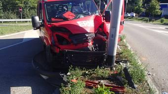 Ein verbotener Fahrstreifenwechsel eines Autofahrers drängte am Dienstag einen Lieferwagen ab. Dieser prallte frontal gegen einen Kandelaber.