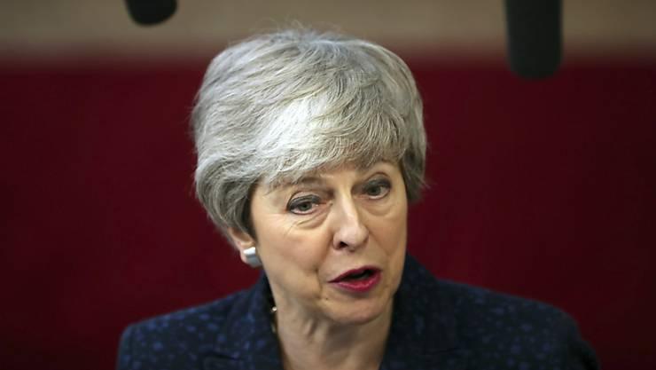 Die britische Premierministerin Theresa May trifft sich am Montagmorgen vor der erneuten Brexit-Debatte im Unterhaus mit ihrem Kabinett zu einer Sondersitzung. Dabei dürfte es auch um ihre eigene Zukunft gehen. (Archiv)