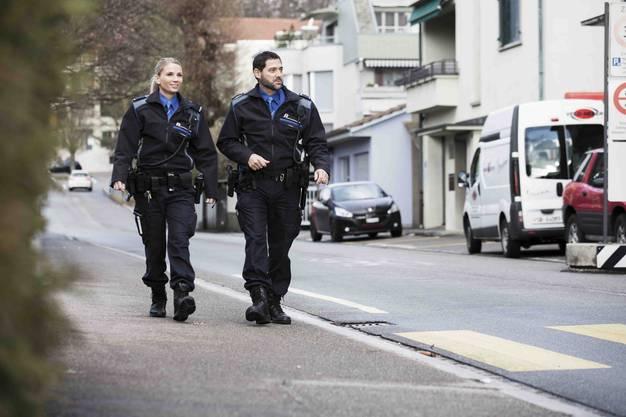 Die Patrouille der Kantonspolizei markiert im Quartier Präsenz.