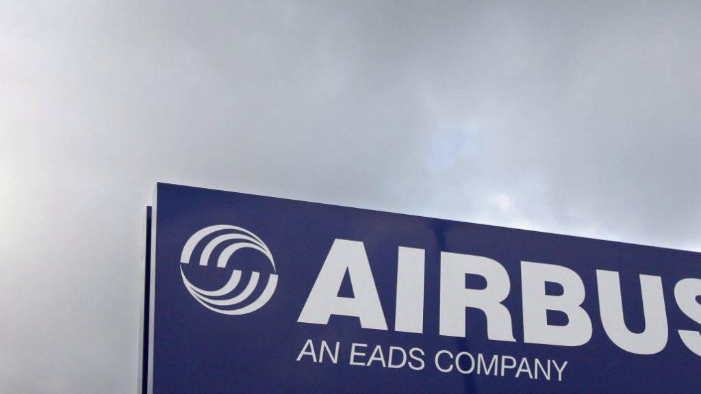 Der Flugzeugbauer Airbus plant wegen der Luftfahrt-Krise weltweit 15'000 Stellenstreichungen. Das teilte der Flugzeugbauer am Dienstagabend mit.