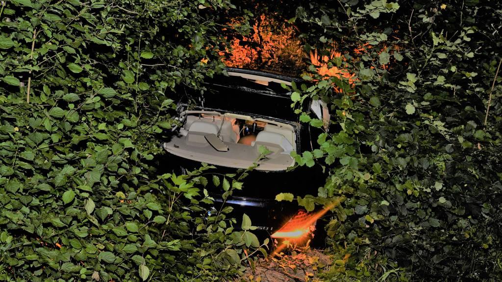 Auto überschlägt sich und landet im Gebüsch – zwei Personen verletzt