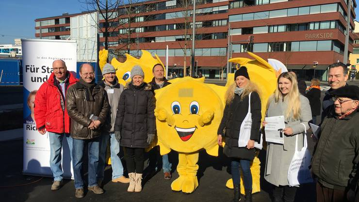 """Bei schönstem Wetter und """"eisigen"""" Temperaturen trafen sich die Kandidierenden aus dem Bezirk Dietikon in Schlieren auf dem neuen Stadtplatz"""