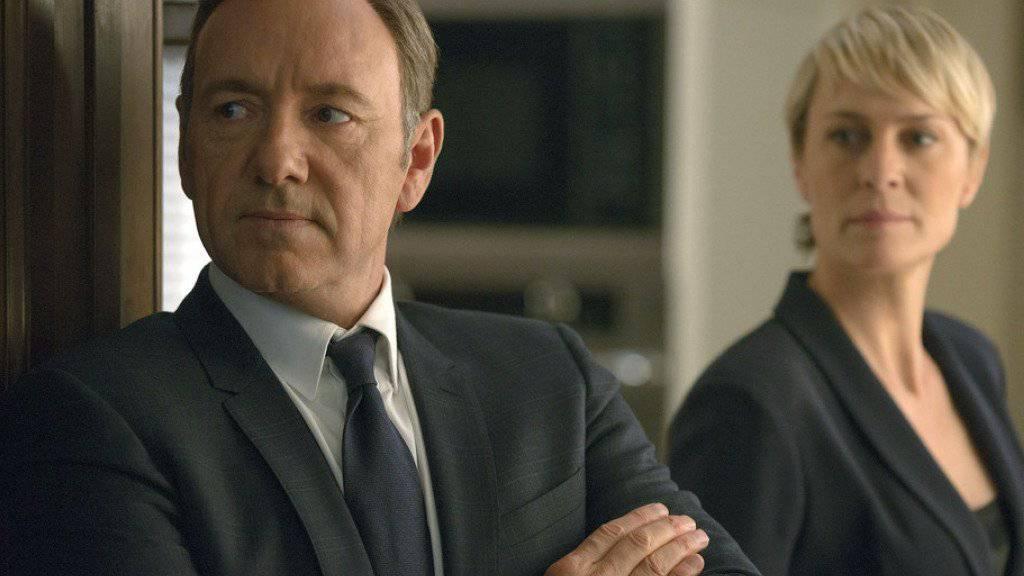 """Die Macher der US-Serie """"House of Cards"""" müssen sich etwas einfallen lassen: Hauptdarsteller Kevin Spacey wird bei der finalen Staffel nicht mehr dabei sein - seine Kollegin Robin Wright dagegen schon."""