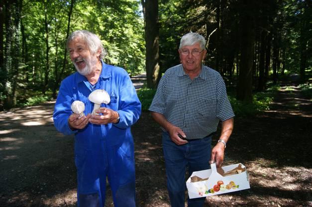 Albrecht Glässer (l.) und Hanspeter Nehmer mit dem Einsiedler-Wulstling-Prachtstück.