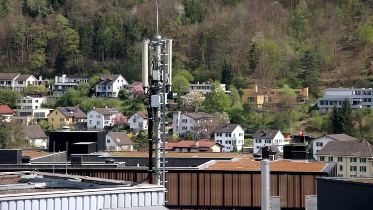 22 Mobilfunkantennen wie hier an der Stadtturmstrasse stehen in Baden. Sie seien ein Fremdkörper im Stadtbild, kritisiert eine Gruppierung.