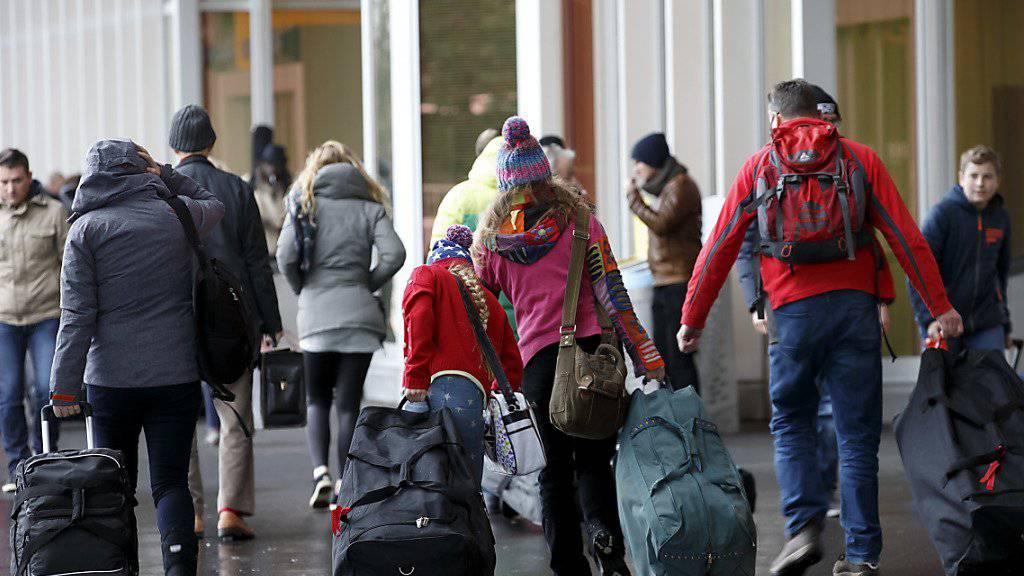 Ab in die Ferien: Herr und Frau Schweizer reservieren sich laut einer Umfrage für dieses Jahr einen grösseren Budgetposten für Urlaube.