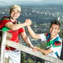 Hamid (in Rot) und Mohamed, die zwei afghanischen Flüchtlinge mit N-Ausweis wollen in einem Monat rund um die Schweiz wandern und im Internet nach Gastgebern suchen. www.aufgehen.ch Aufgenommen am 10. April 2017 beim Alpenzeiger auf dem Hungerberg oberhalb Aarau.