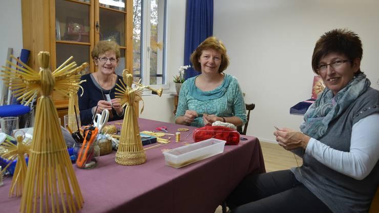 Vreni König, Claudia Strebel und Edith Lang (von links) haben vor Weihnachten im Strohatelier alle Hände voll zu tun.