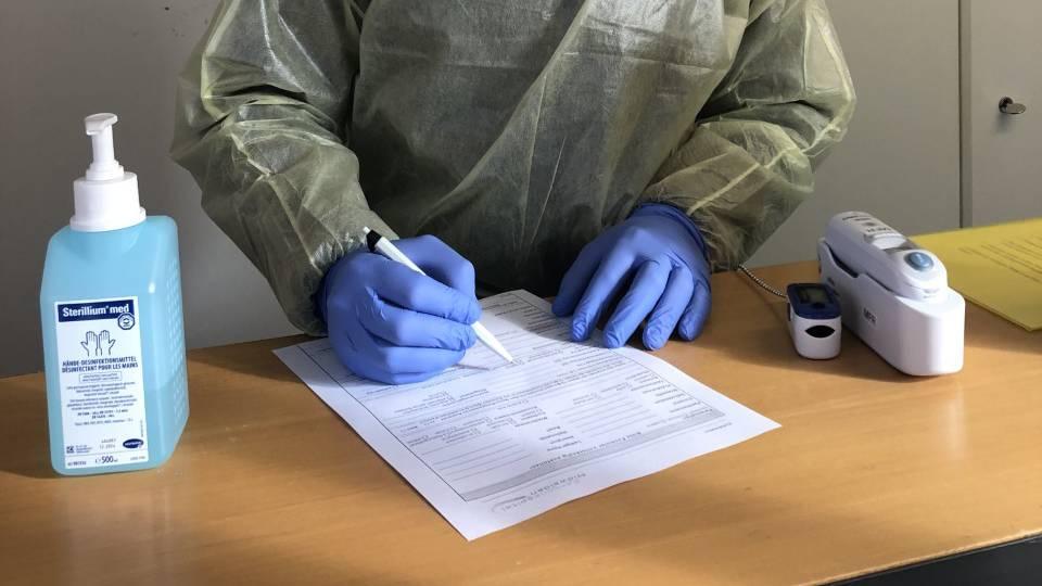 Nidwaldner Zivilschützer führen Testabstriche durch