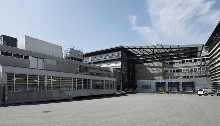 Die schrittweise ausgebaute Produktionshalle der Ricola liess sich im Jahr 1989 nicht mehr erweitern. Das Basler Architekturbüro konstruierte deshalb ein mit der Halle verbundenes Reitergebäude, das als Fabrikations- und Lagerraum dient. Das Ensemble war ein Resultat der vorsichtigen Planungspolitik der Laufner Firma. Ein Wachstum der Produktion hatte in der Vergangenheit oftmals eine Ausdehnung der bestehenden Räumlichkeiten zur Folge. Der Fabrikkomplex gehört neben den neueren Bauten zu den Wahrzeichen des Unternehmens.