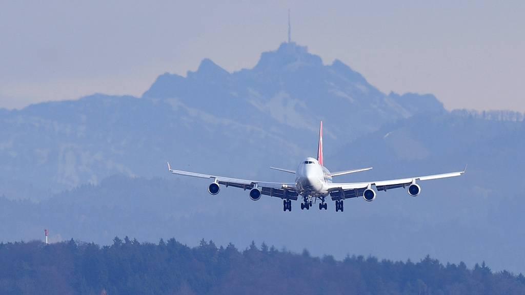 Die Flugpreise sind im September gesunken. Über das Ganze gesehen blieben die Konsumentenpreise jedoch stabil. (Symbolbild)