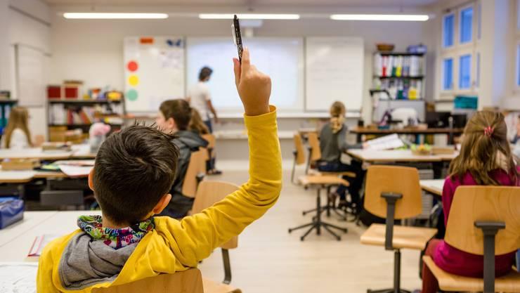 Themenbilder zum Thema Schule, Bildung, Primarschule. Fotografiert am 19. Januar 2016 in der vierten Klasse von Lehrer Misael Morant in Berikon. ALLE ELTERN DER KINDER AUF DEN BILDERN HABEN EINER VERWENDUNG UND ARCHIVIERUNG ZUGESTIMMT.