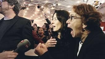 Eva Herzog (rechts) und die Überraschung bei der Bekanntgabe des Basler Zwischenresultats.