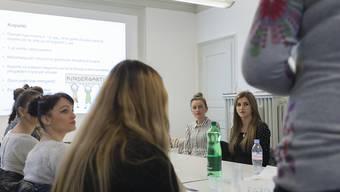 """Ausländerinnen in einem Deutschkurs. Der Bundesrat will die Integration nach dem Grundsatz """"Fördern und Fordern"""" verstärken. Im Nationalrat sind die Vorschläge aber umstritten. (Archivbild)"""