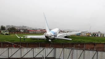 Landung im grünen Bereich: Maschine der Fluggesellschaft TAME kommt in Ecuador von der Piste ab.