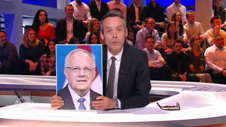 Moderator Yann Barthès macht sich in «Le Petit Journal» über Johann Schneider-Ammann lustig.