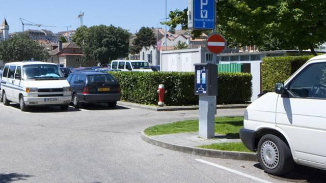 Unbekannter überfällt Mann in parkiertem Auto (Symbolbild)