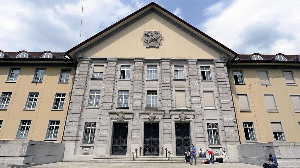 Schläge und eiskalte Duschen: Das Bezirksgericht Zürich hat ein Ehepaar wegen dessen Erziehungsmethoden verurteilt. (Archivbild)