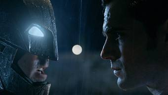 "Szene aus ""Batman v. Superman: Dawn Of Justice"": links Ben Affleck als Batman, rechts Henry Cavill als Superman (Warner Bros.)."