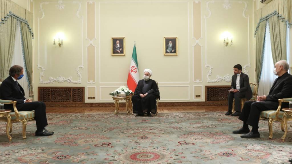 HANDOUT - Hassan Ruhani (2.v.l), Präsident des Iran, nimmt an einem gemeinsamen Treffen mit Rafael Grossi (l), Vorsitzender der Internationalen Atomenergiebehörde IAEA, teil. Foto: -/Iranian Presidency /dpa - ACHTUNG: Nur zur redaktionellen Verwendung und nur mit vollständiger Nennung des vorstehenden Credits