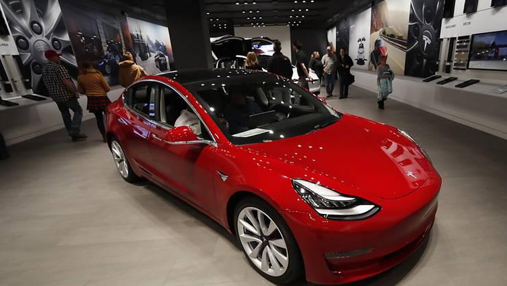 Keine Läden und Ausstellungsräume mehr: Tesla will seine Elektroautos künftig nur noch über das Internet verkaufen. (Symbolbild)