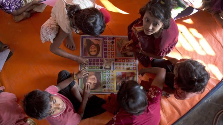 Rohingya-Kinder in einer Schule nahe dem Flüchtlingslager Cox's Bazar in Bangladesch.