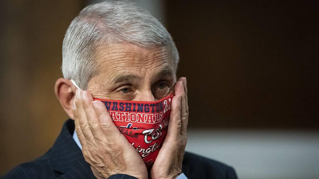 ARCHIV - Anthony Fauci (M), Direktor des Nationalen Instituts für Infektionskrankheiten, korrigiert beim Eintreffen zu einer Anhörung des US-Senatsauschusses für Gesundheit, Bildung, Arbeit und Renten im Capitol Hill den Sitz seines Mundschutzes. (zu dpa: «Top-Experte Fauci warnt: Corona-Situation in den USA «nicht gut»») Foto: Al Drago/Pool Bloomberg/AP/dpa