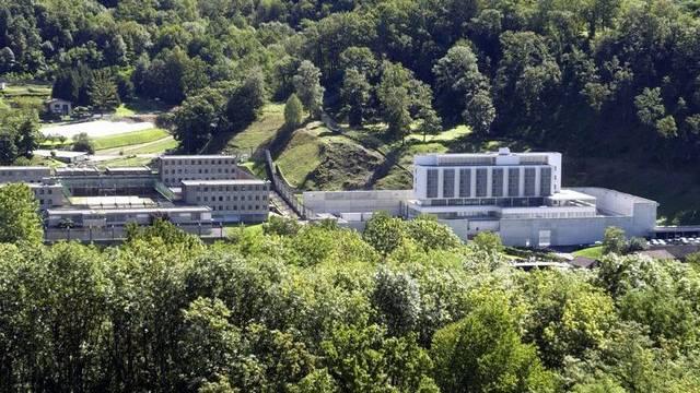 """Das Untersuchungsgefängnis """"La Farera"""" (r.) und die kantonale Strafanstalt """"La Stampa"""" in Lugano Cadro (Archiv)"""