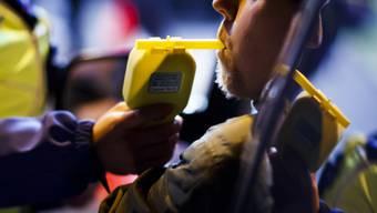Die Kantonspolizei Aargau führt weiterhin Atemluftkontrollen durch. (Symbolbild)