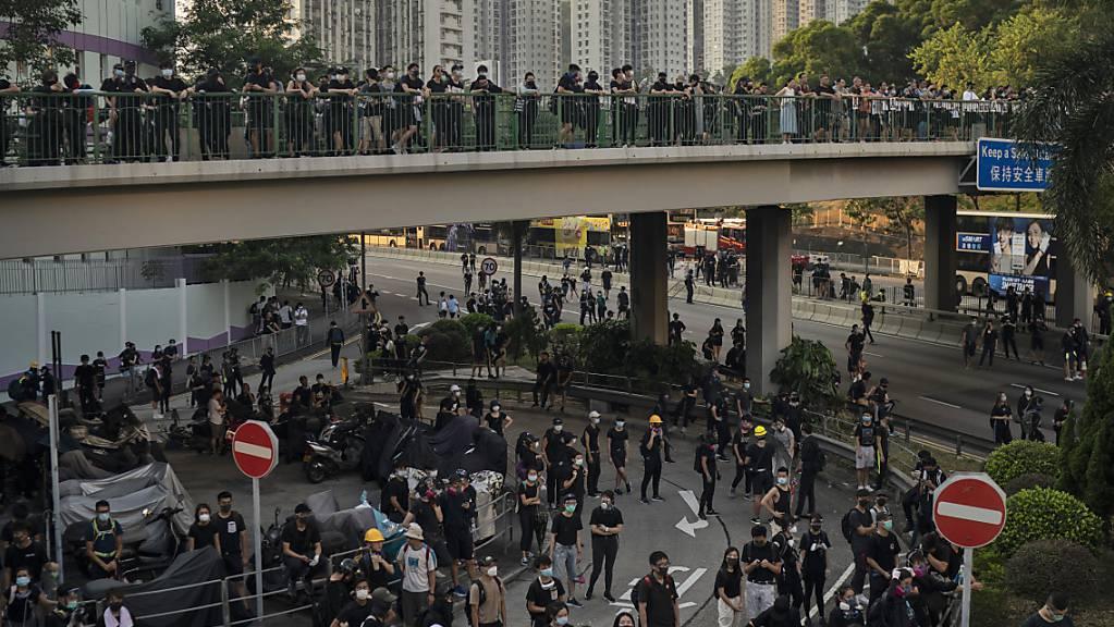 In Hongkong protestierten am Dienstag tausende Menschen, obwohl es verboten worden war.