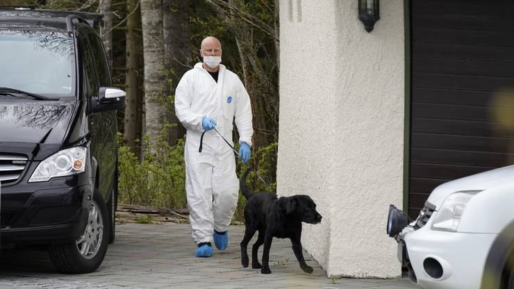 Die Polizei durchsucht mit Spürhunden das Anwesen der Hagens.