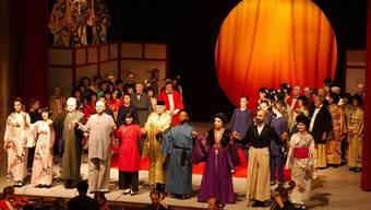 Die Darsteller von «Der Mikado» verabschiedeten sich ein letztes Mal vom Publikum, das nicht so zahlreich erschien, wie erhofft. zvg