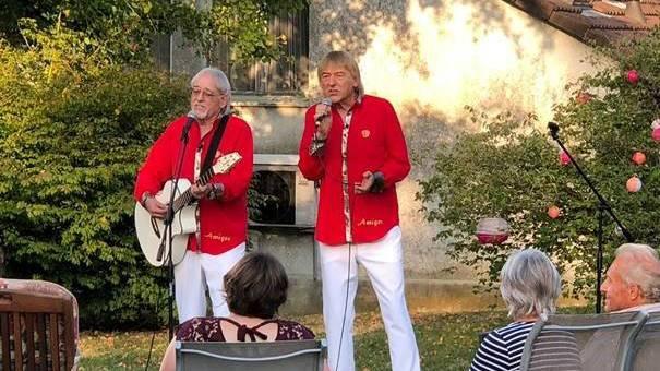 Amigos überraschen Monika mit Garten-Konzert