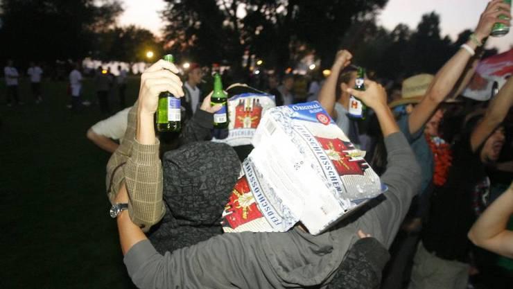 Jugendliche lassen sich beim Trinken von alkoholischen Getraenken freien Lauf, anlaesslich des ersten Botellon im Sommer 2008 auf der Blatterwiese in Zuerich. (Archiv)