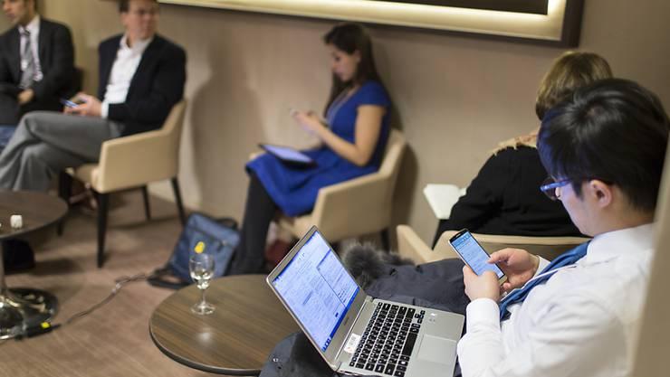 Sieben von zehn Angestellten in der EU werden von ihren Arbeitgebern mit mobilen internetfähigen Geräten ausgerüstet. (KEYSTONE/Gaetan Bally)