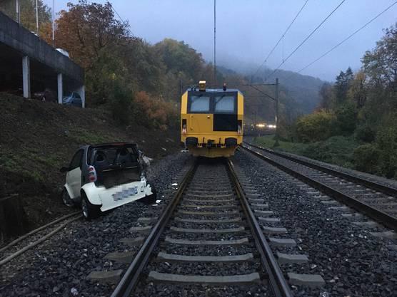 Baden AG, 23. Oktober: Weil es nicht gesichert war, machte sich ein parkiertes Auto selbständig und rollte auf das Bahngleis. Dort kam es zur Kollision mit einem Zug. Verletzt wurde niemand.