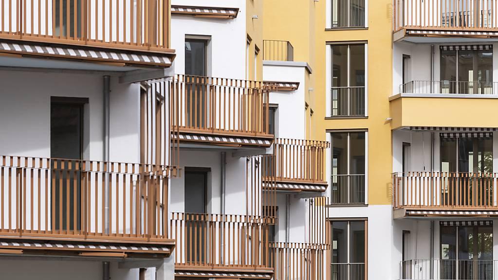 Egal ob man eine Wohnung mieten oder doch ein Eigenheim erwerben möchte - für beides muss man in der Schweiz tiefer in die Tasche greifen. Die Angebotspreise sind seit Jahresbeginn in den meisten Regionen gestiegen. (Archivbild)