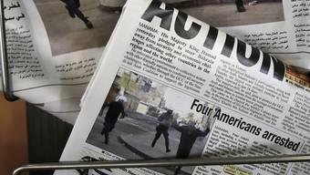 Zeitungen berichten in Bahrain von der Verhaftung der US-Reporter. Nun wurden diese des Landes verwiesen.