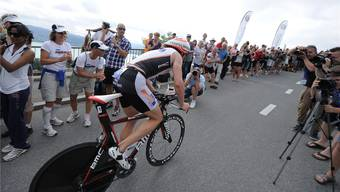 Der letztjährige Sieger Ronnie Schildknecht auf der Radstrecke, angefeuert von den begeisterten Zuschauern. PHOTOPRESS