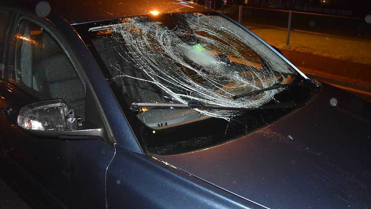 Beim Zusammenprall mit diesem Auto hat sich eine Fussgängerin in Sarnen mittelschwere Verletzungen zugezogen.