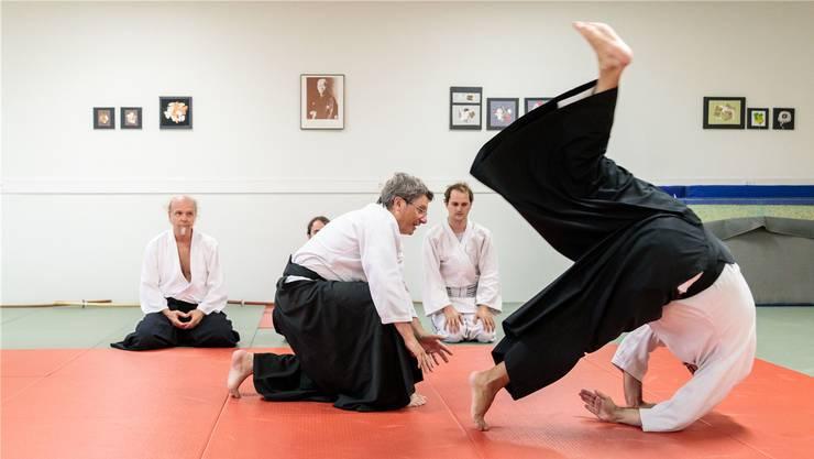 John Luder (Mitte) beim Aikido-Training: Vorzeigen und üben. (Bild: Hanspeter Bärtschi)