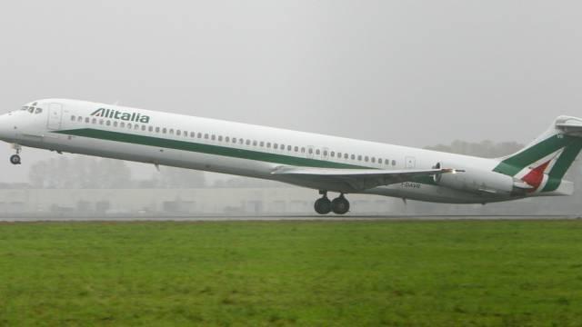 Ein Flugzeug der Alitalia startet in Milano (Symbolbild)