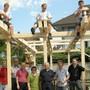 Die Bauequipe mit Gästen der Burger präsentiert das Werk. Dritter von rechts ist Urs-P. Twellmann.