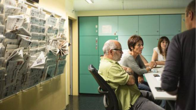 Vielfalt für 350 000 Menschen: Redaktionssitzung für die Nachrichtensendung des Radios RSI. Foto: Roland Schmid