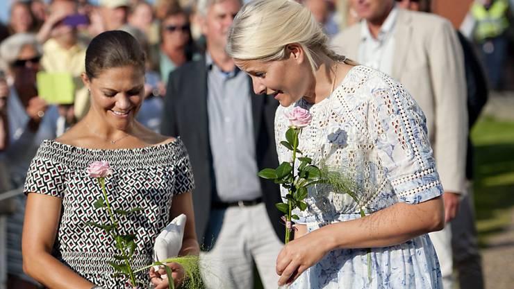 Kronprinzessinnen Victoria aus Schweden (links) und Mette-Marit aus Norwegen (rechts) auf dem Klimaspaziergang.
