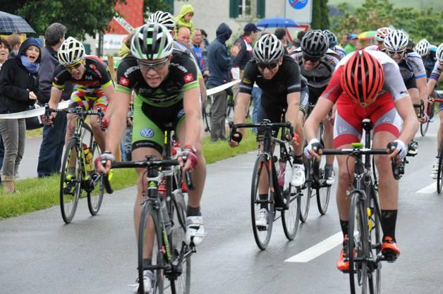 Florian Widmer, Beinwil a.S. (Mitte) und Iwan Hasler, Gipf-Oberfrick (ganz links) als beste Aargauer im Ziel
