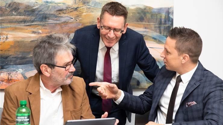 Noch ist das Ergebnis nicht da: Roberto Zanetti (l.), Pirmin Bischof und Christian Imark beim Diskutieren der ersten Resultate.